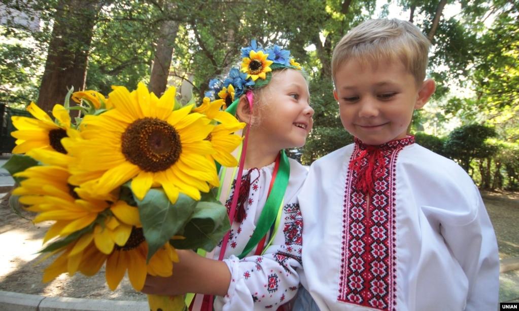 Крим, Ялта, 1 серпня 2013 року. Діти біля пам'ятника Лесі Українці. У цей день в Ялті пройшли заходи, присвячені 100-річчю з дня її смерті. Вони почалися акцією «Квіти до Лесі» біля пам'ятника поетесі. Пізніше в «Музеї Лесі Українки» пройшов День пам'яті «Ні! Я жива, я буду Вічно жити...»