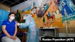 В пункте вакцинации в музее искусств в Алматы. 17 апреля 2021 года.