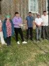 Мәктәп бинасы янында җыелган авыл кешеләре