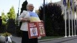 Діляра Абдуллаєва на одиночному пікеті біля Офісу президента України в Києві