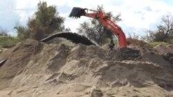 В Керчи добывают токсичный песок (видео)
