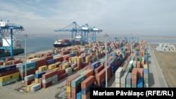 Doar o parte din containerele din Portul Constanța sunt verificate la scaner.