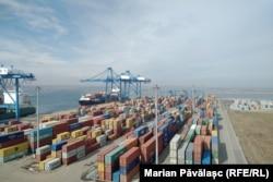 Containerele din Portul Constanța sunt verificate doar de oameni și cel mult de un câine special dresat