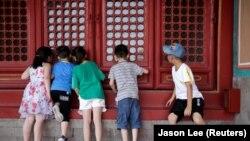 Disa fëmijë në Pekin. Fotografi nga arkivi.