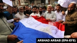 گروههای افراطی در پاکستان از چند روزی به اینسو بر ضد فرانسه به خاطر نشر کاریکاتورهایی منسوب به پیامبر اسلام اعتراضات را براه انداخته اند.