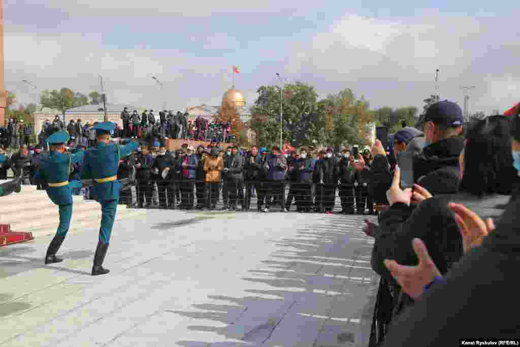 В полдень на площади у флагштока сменился караул, зрители аплодировали в знак уважения.