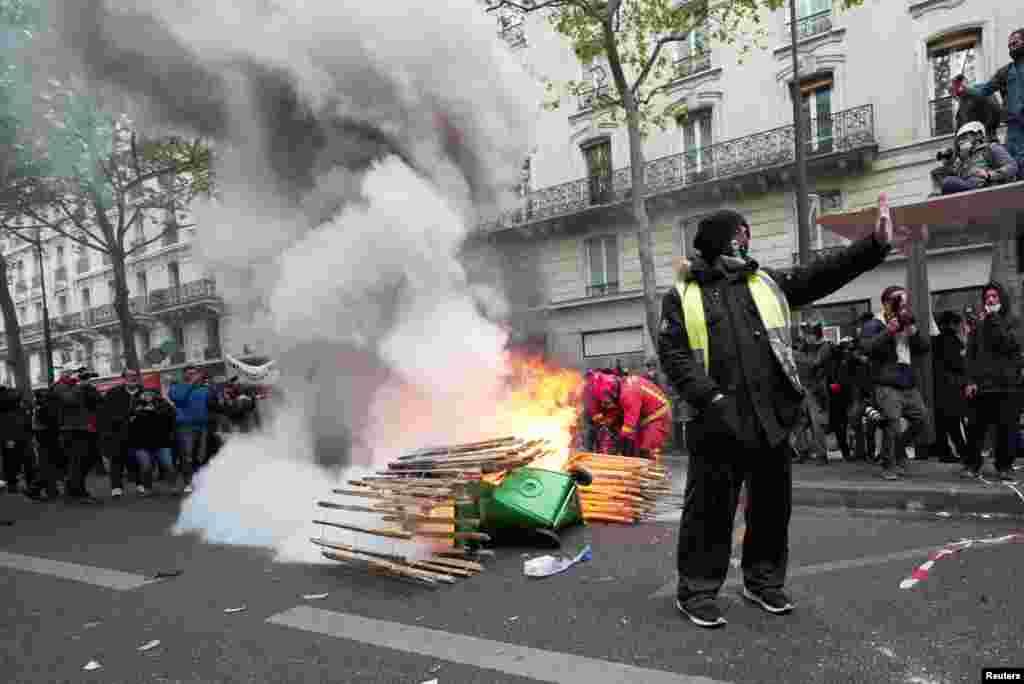 Franciaországban több városban is több százezren vonultak utcára a szakszervezetek hívására, követelve a munkanélküli segély időtartamának meghosszabbítását, a bérek emelését és a munkahelyek védelmét.