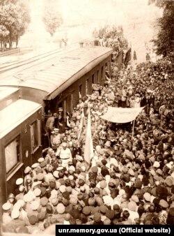 Зустріч Симона Петлюри на залізничному вокзалі у Фастові після звільнення міста від більшовиків, 29 серпня 1919 року. Серед зустрічаючих – єврейська делегація