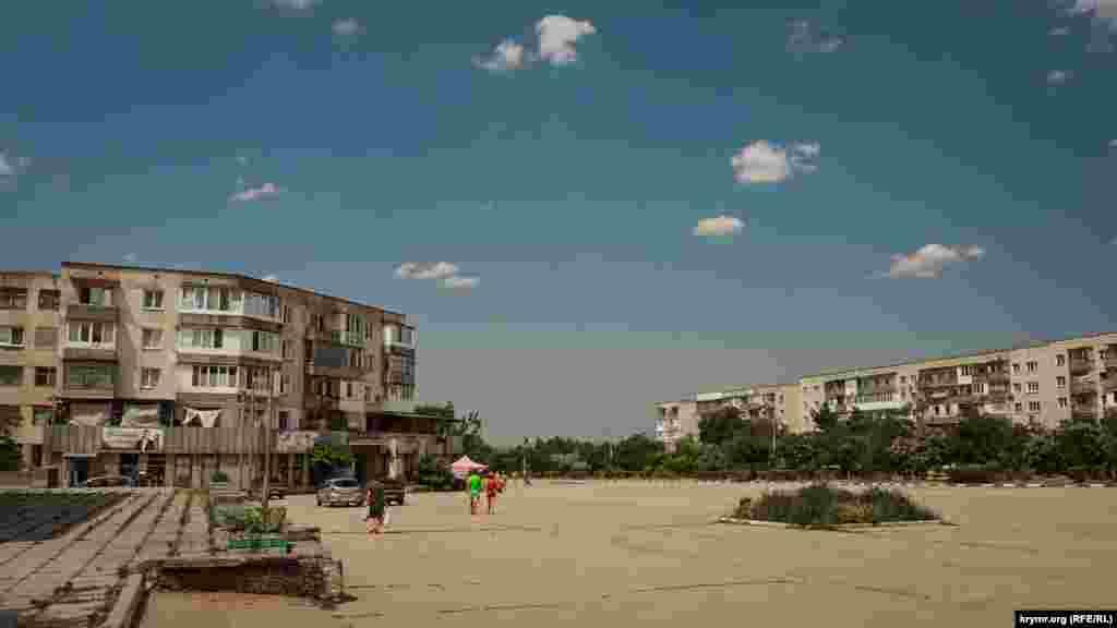 Центр поселка. Местные жители рассказывают, что около половины квартир в этих пятиэтажках пустует