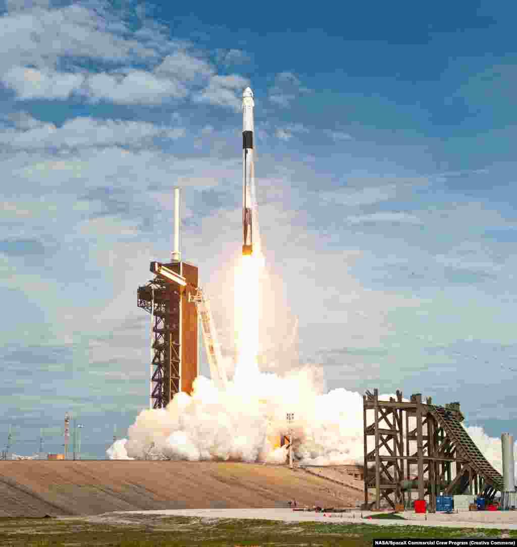 Капсула буде встановлена на носу ракети SpaceX Falcon 9, як зображено тут під час запуску в січні 2020 року. Протягом останніх дев'яти років NASA платило Росії до 86 мільйонів доларів за місце, щоб відправити своїх астронавтів у космос після того, як 30-річна програма «Спейс шаттл» США була знята з експлуатації в 2011 році