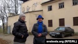 Алена Шабуня і Тацяна Севярынец на фоне графіці ў Віцебску