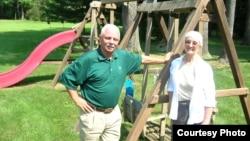 Боб и Кэрен Карр. Когда внуки долго не приезжают, садимся на качели сами.