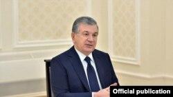 Президент Шавкат Мирзиёев Бухоро халқаро аэропорти биносида йиғилиш ўтказмоқда, 23 август, 2020
