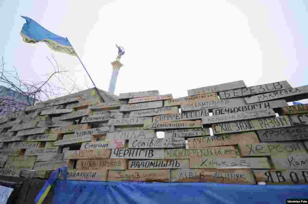 На Майдані з'явилася Cтіна революції, 16 грудня 2013 року