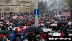 Дзясяткі тысяч чалавек ідуць па Кальварыйскай вуліцы ў Менску