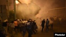 Ոստիկանությունը Սարի թաղում ցրում է ցուցարարներին, 29-ը հուլիսի, 2016թ․
