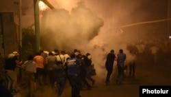 Участники демонстрации в районе Сари Тах бегут после того, как полиция применила спецсредства. Ереван, 29 июля 2016 года.