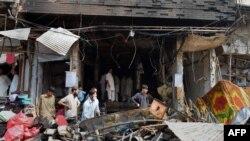 Pamje në një qytet të Pakistanit pas një sulmi me bombë