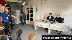Марыя Калесьнікава і Максім Знак падчас прэс-канфэрэнцыі ў штабе Віктара Бабарыкі
