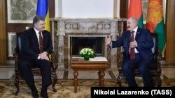 Петро Порошенко (л) і Олександр Лукашенко під час зустрічі в Гомельській області, Білорусь, 26 квітня 2017 року