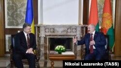 Петро Порошенко та Олександр Лукашенко на зустрічі у Лясковичах неподалік Гомеля, 26 квітня 2017