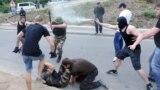 Участники пикета у здания российского консульства в Одессе во время столкновения с сотрудниками правоохранительных органов