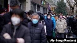 Ілюстрацыйнае фота. Людзі ў масках на вуліцах Шанхаю
