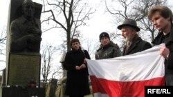Людвіка Кардзіс і беларусы Вільні каля помніка Францішчу Аляхновічу, 2005 год