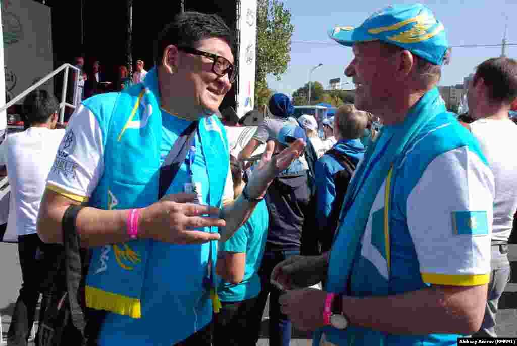 Бизнесмен и велоболельщик из Петропавловска Серик Рахимов (справа) беседует с Николаем Винокуровым, отцом олимпийского чемпиона по велоспорту Александра Винокурова. По словам Серика Рахимова, Александра Винокурова он знает с детства.