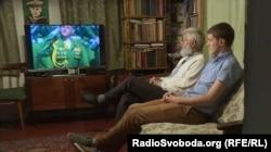 Микола Джміль та журналіст програми Донбас.Реалії без перешкод дивляться трансляцію військового параду на російському телебаченні