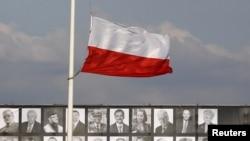 Приспущенный в знак траура польский флаг. Варшава, площадь Пилсудского, 17 апреля 2010 г.