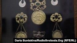 Експонати виставки жіночих прикрас 18-20 століть у черкаському музеї «Кобзаря»