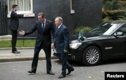 Ұлыбритания премьер-министрі Дэвид Кэмерон Қазақстан президенті Нұрсұлтан Назарбаевты қарсы алып тұр. Лондон, 4 қараша 2015 жыл.