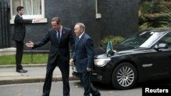 Britaniýanyň premýer-ministri D.Kameron (ç) Gazagystanyň prezidenti N.Nazarbaýe garşy alýar, London, 3-nji noýabr, 2015