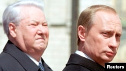 Борис Єльцин (ліворуч) і Володимир Путін. Москва, травень 2000 року