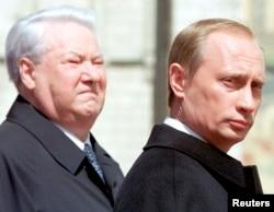 Борис Ельцин и его преемник Владимир Путин на церемонии инаугурации. Москва, 7 мая 2000 года