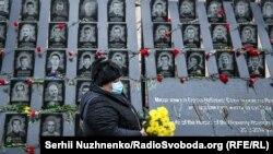 Фоторепортаж: у Києві вшановують річницю початку Революції гідності