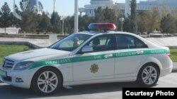 Aşgabadyň polisiýasy aýallaryň sürüjilik şahadatnamasyny elinden alýar