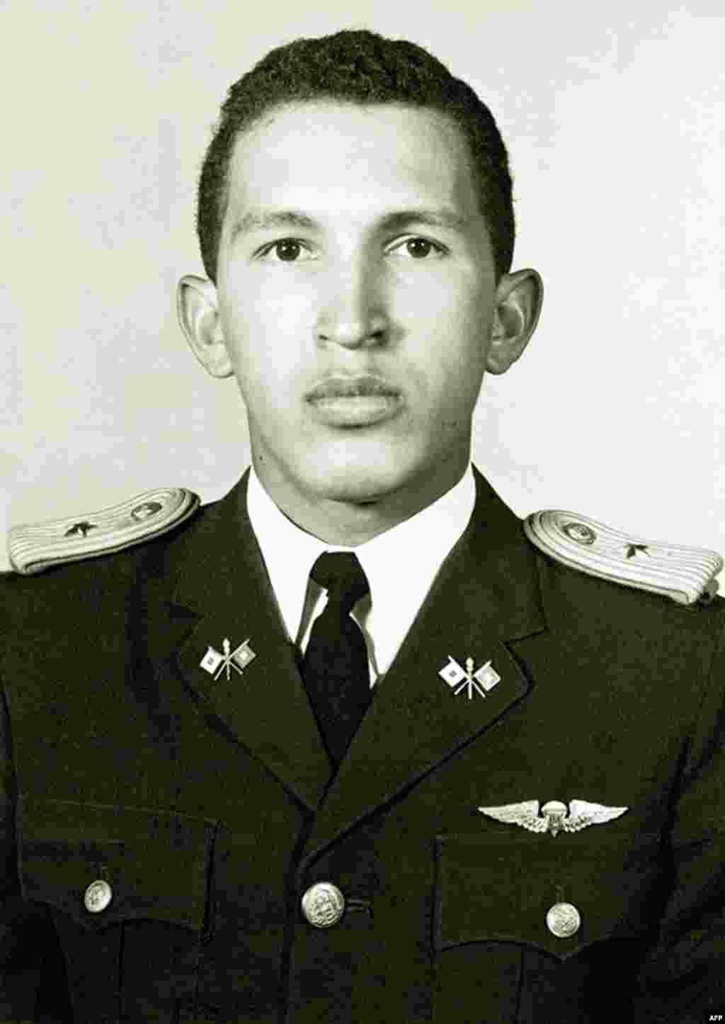 Hərbi akademiyanı bitirən leytenantHugo Chavez. 1975