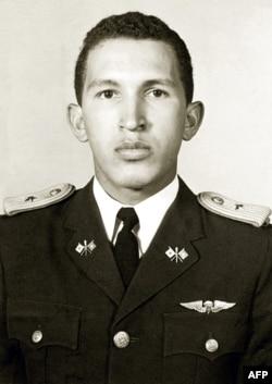 Выпускник военной академии в Каракасе младший лейтенант Уго Чавес Фриас. 5 июля 1975 года