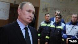 Президент Росії Володимир Путін (л) на відкритті першої лінії енергомоста з Росії до Криму, 2 грудня 2015 року