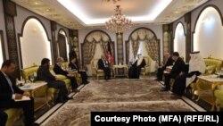 محمد حنیف اتمر وزیر خارجه افغانستان با بندر حجار رئیس بانک انکشافی اسلامی در عربستان سعودی.