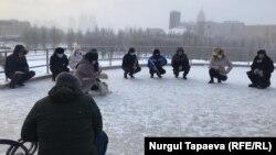 Участники акции в центральном парке читают молитву. Нур-Султан, 16 декабря 2020 года.