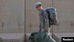 جندي أميركي يستعد للإنسحاب من قاعدة قرب الناصرية