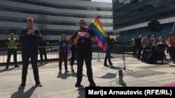 Сотні прихильників геїв та лесбіянок вийшли на вулиці Сараєва. На фото – виступ одного з активістів біля будівлі парламенту, 8 вересня 2018 року