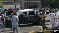 У места взрыва в пакистанском городе Пешавар. 17 июля 2017 года.