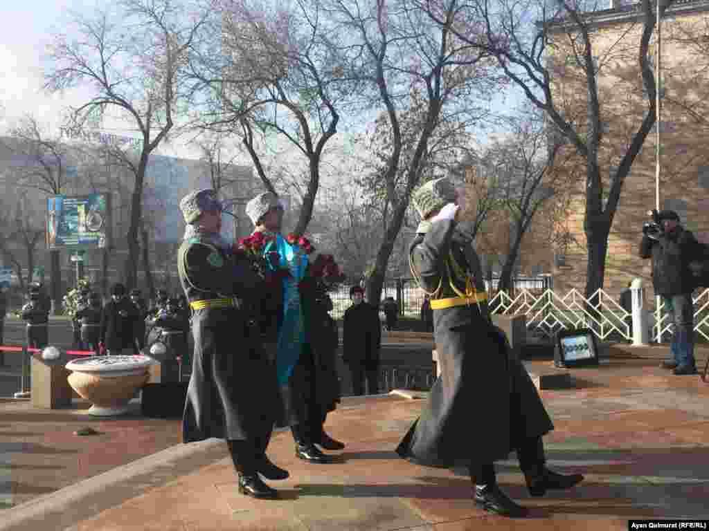 Возложение цветов к монументу «Заря Независимости», воздвигнутому в память о жертвах Декабрьских событий. К церемонии привлечен почетный караул и оркестр Национальной гвардии. Алматы, 17 декабря 2017 года.