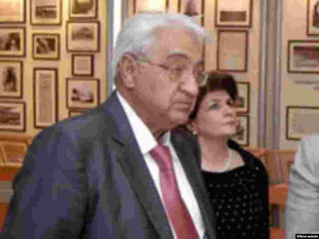 Arif Paşayev Azərbaycan hava yolları şirkətinin Milli Aviasiya akademiyasının rektorudur.