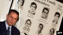 Президент МОК Жак Рогг на фоне плаката, посвященного памяти жертв теракта в Мюнхене 1972 года. 19 августа 2004 года, Афины