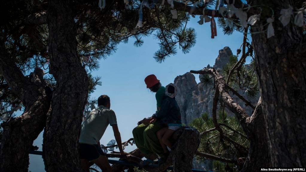 Туристы отдыхают в тени на одной из смотровых площадок Ай-Петри